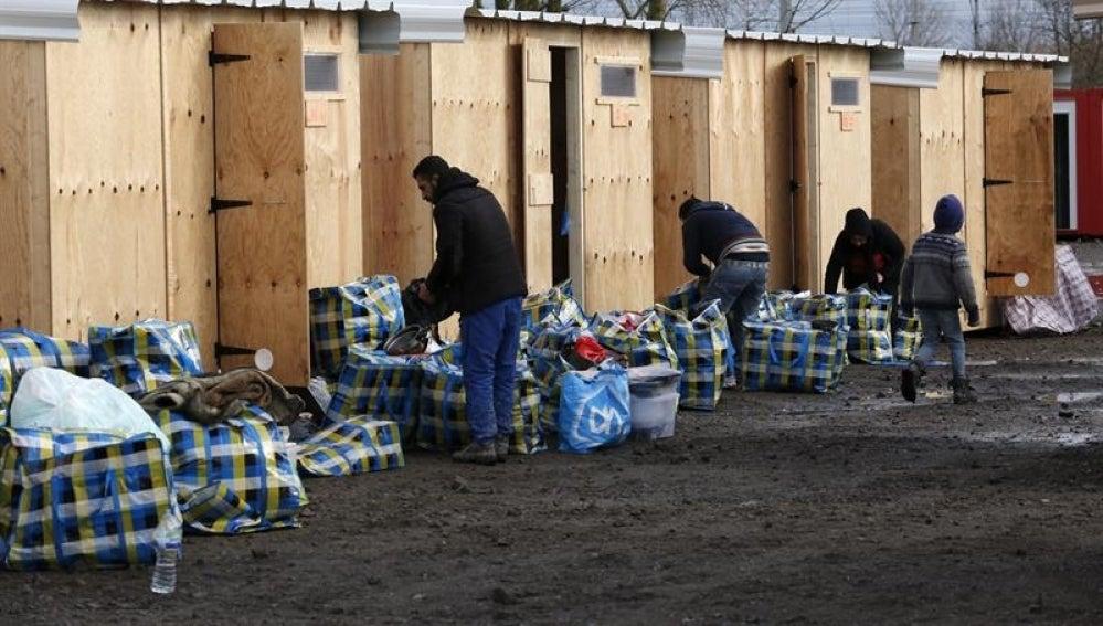 Varios refugiados se trasladan a sus cabañas en un campamento habilitado por la organización Médicos sin Fronteras