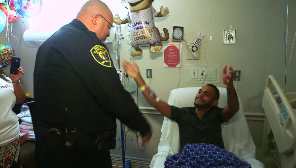 Momento del encuentro entre el agente y una víctima de la tragedia de Orlando