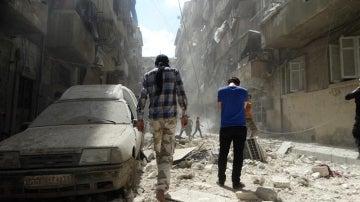 Varias personas en Alepo (Siria)