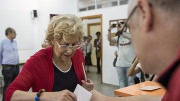 La alcaldesa de Madrid, Manuela Carmena, deposita su voto en el IES Conde de Orgaz, en el madrileño barrio de Hortaleza