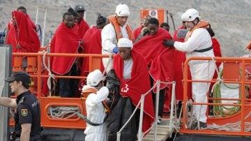 Llegan al puerto Almería los 29 inmigrantes rescatados al suroeste Cabo Gata