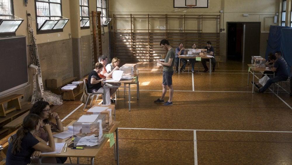 Un ciudadano vota en un colegio electoral de Barcelona