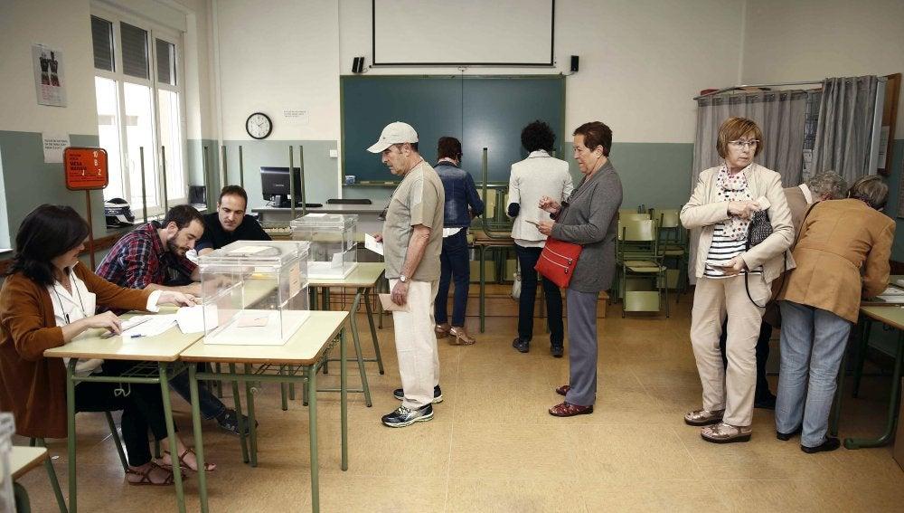 Apertura de una mesa electoral en un colegio de Pamplona