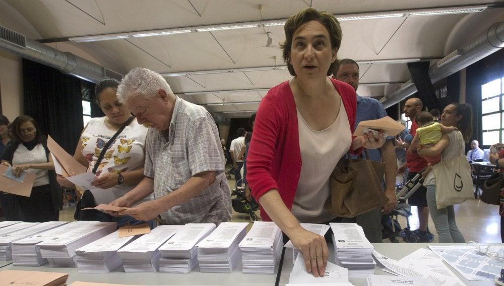 La alcaldesa de Barcelona, Ada Colau, ante las papeletas electorales en un colegio de Barcelona