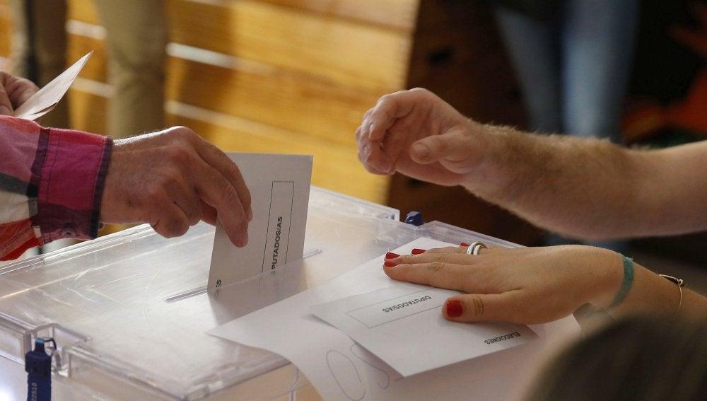 Votaciones en un colegio electoral de Madrid