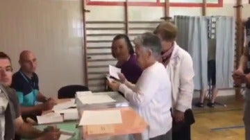 Ancianos votando en Cambados