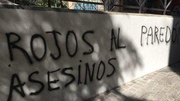 Pintada en la sede del PCM donde se lee 'Rojos asesinos al paredón'