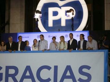 Celebración en el balcón de la sede del PP por el 26J