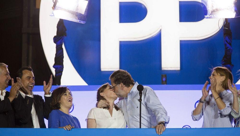 Rajoy besa a su mujer en la sede el PP