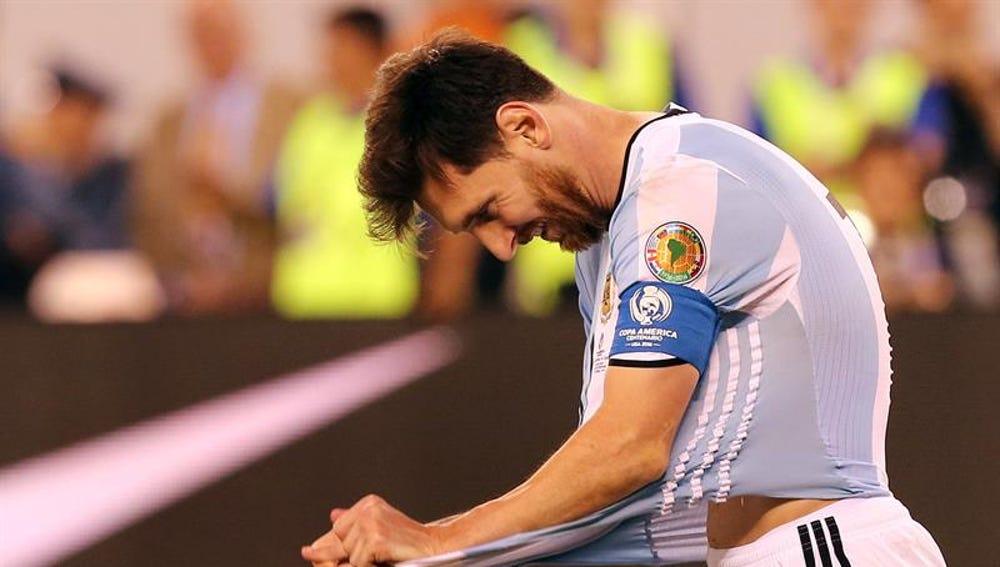 Messi se lamenta de una ocasión fallada en Argentina.