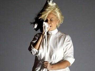 Durante el concierto en Colorado el viento permitió ver la cara oculta tras la enorme peluca
