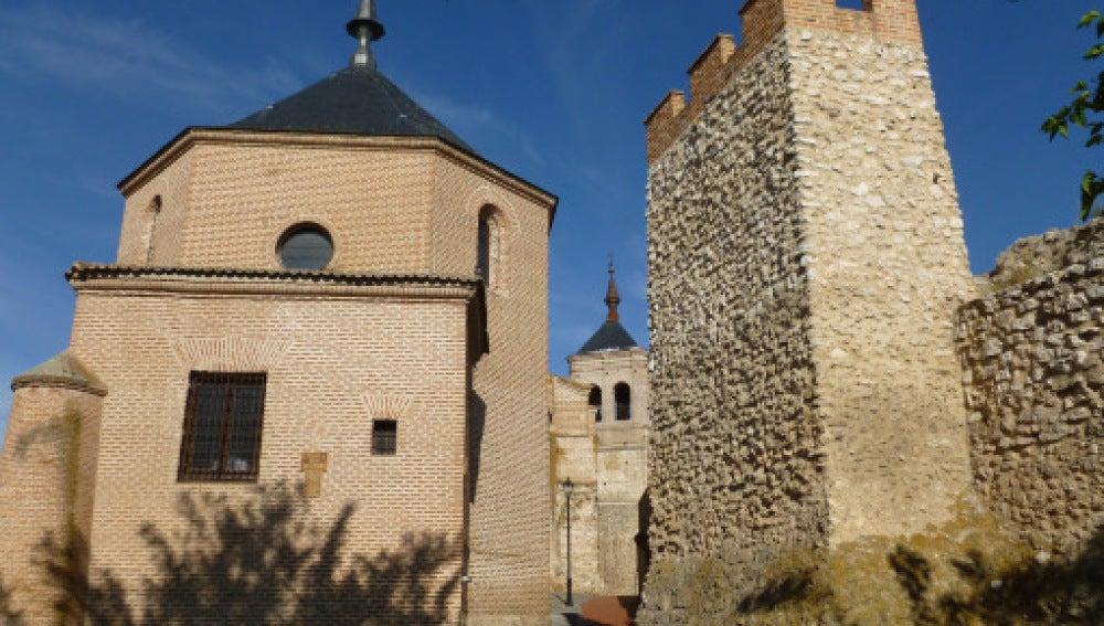 En la imagen la muralla de Olmedo y la iglesia de San Miguel