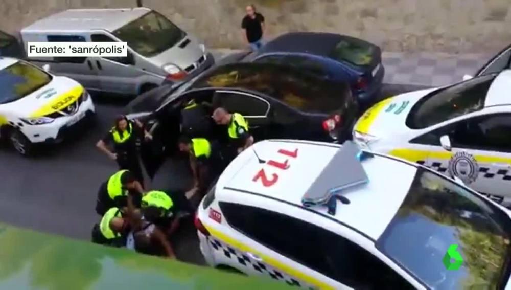Agentes de la policía detienen a un delincuente en Cádiz