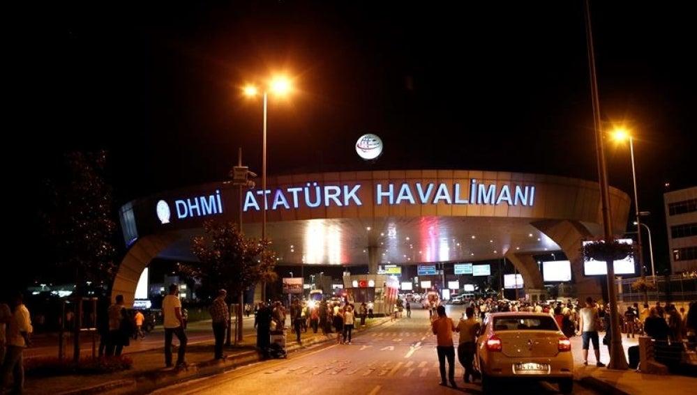 Policías aseguran el área donde un atentado perpetrado en el mayor aeropuerto de Estambul