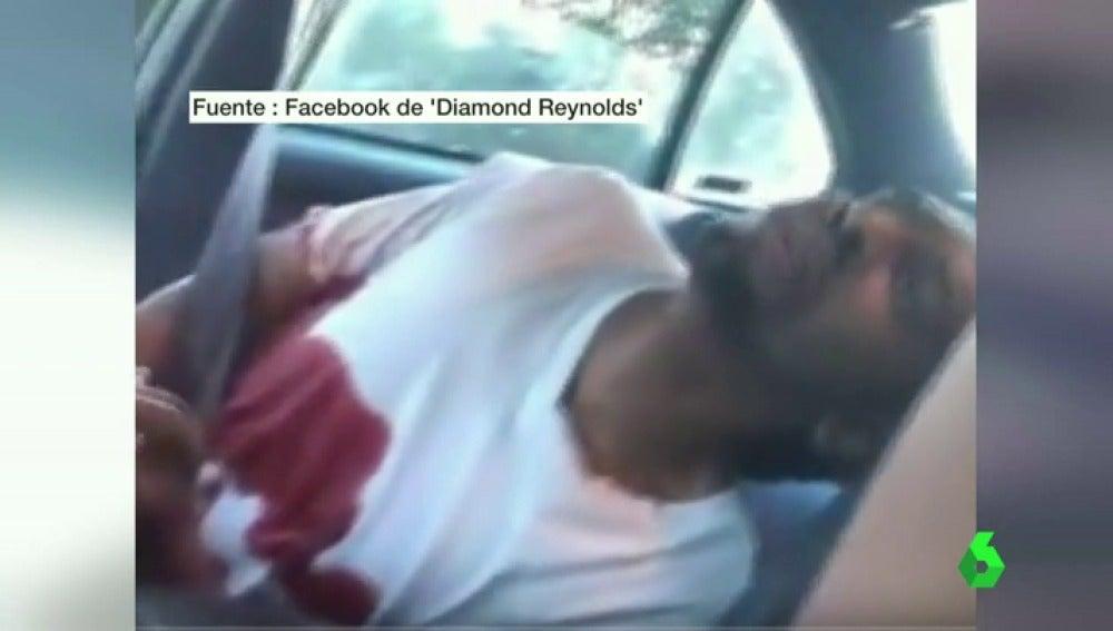 Frame 2.28421 de:  Un policía mata a un joven de raza negra en Minnesota tras dispararle por llevar una luz del coche rota