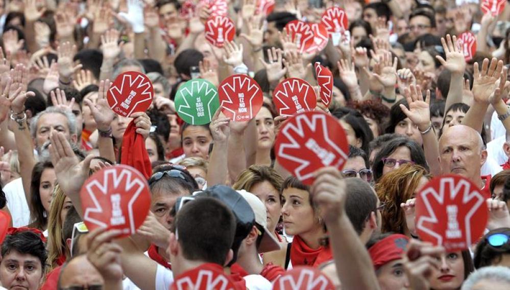 Miles de personas muestras sus manos en alto durante la concentración contra las agresiones sexuales en San Fermín