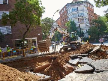 Imagen del socavón provocado por un escape de agua en la calle Ganduxer de Barcelona