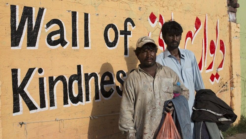Los 'muros de la bondad' que ayudan a los paquistaníes más desfavorecidos