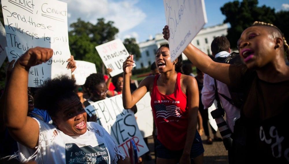 Manifestantes denuncian la violencia policial contra la población negra en EEUU