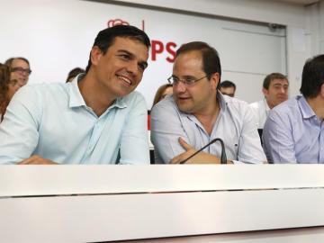 Pedro Sánchez y César luena en el Comité Federal del PSOE