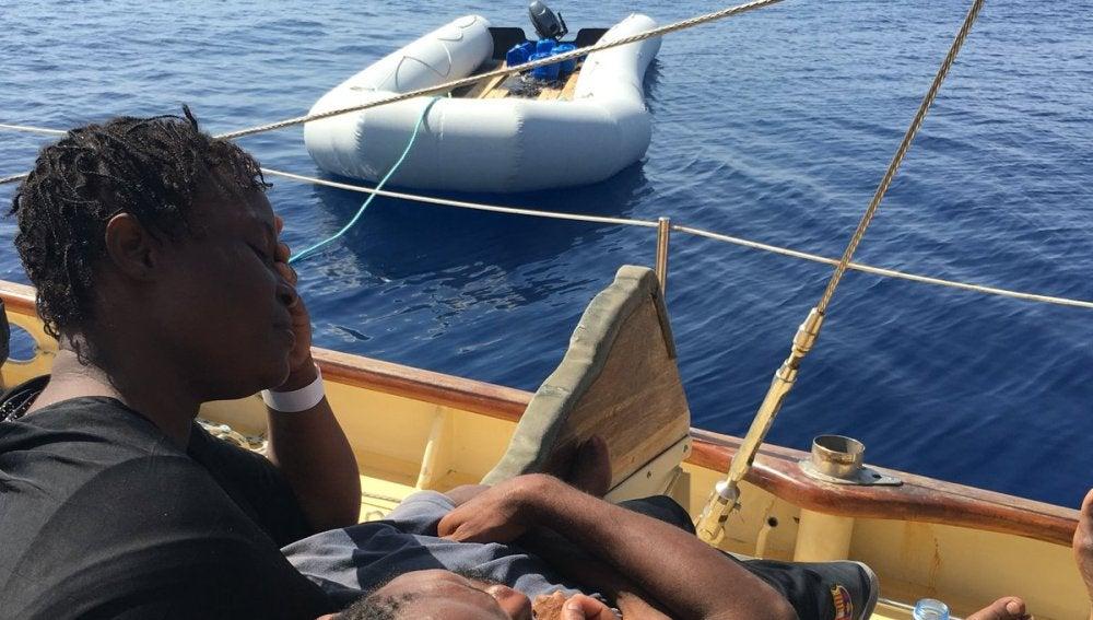 Personas recién rescatadas en el Mediterráneo