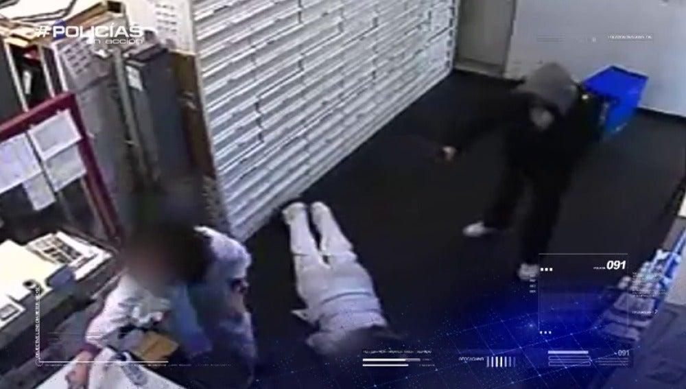 Frame 14.967404 de: Un varón con arma de fuego atraca una farmacia, este jueves en Policías en acción