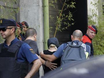 Mossos d'Esquadra y Policía Nacional custodian a uno de los detenidos