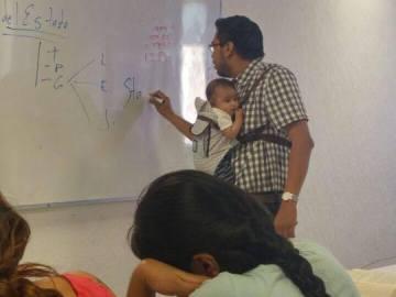 Profesor con el bebé cogido