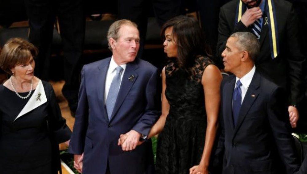 George Bush acude junto a su esposa Laura al funeral por los policías de Dallas