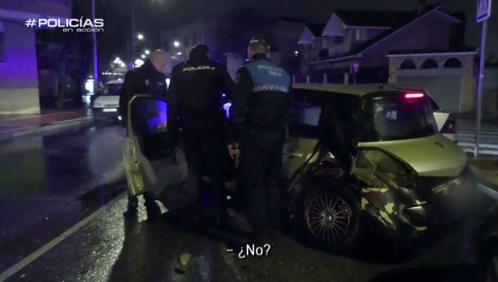 """Frame 67.872539 de: Una mujer bebida provoca un accidente y chulea al policía: """"Yo no bebo nada, tú puede ser que sí"""""""