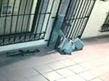 Las imágenes muestran a una monja ayudando a López