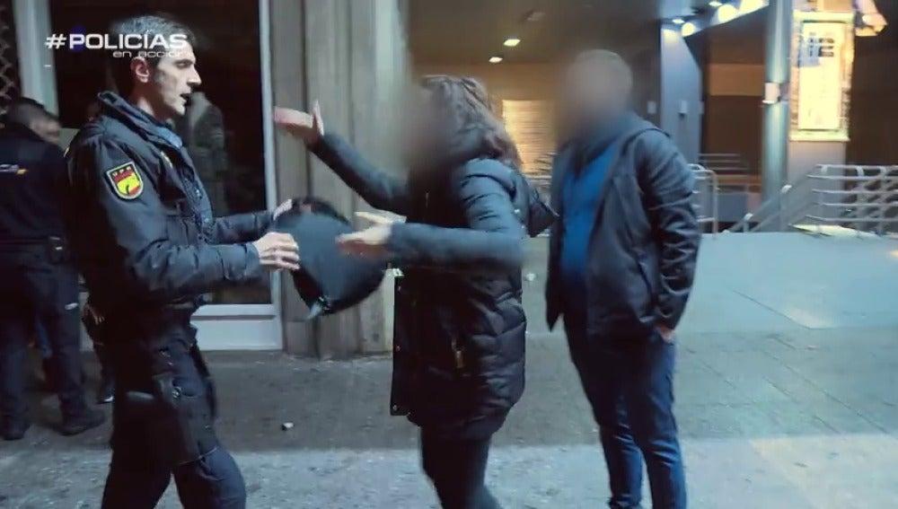 """Frame 86.063763 de: Una detenida se niega a identificarse a la Policía: """"¿Votas al PP? ¡Se nota hijo! Me estás haciendo daño, gilipollas"""""""