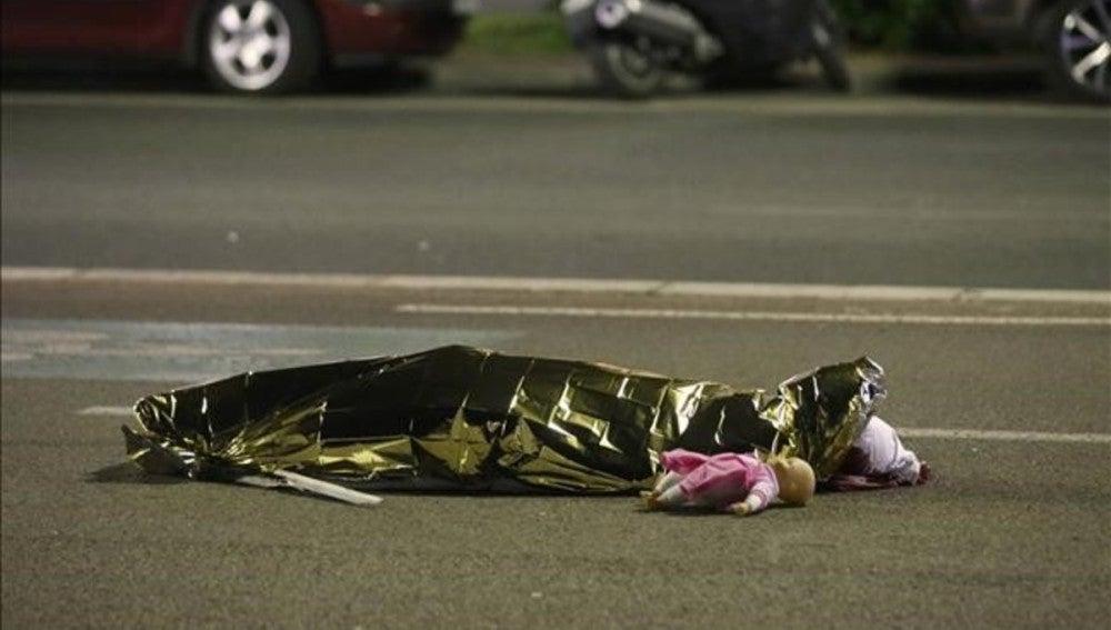 El cadáver de una víctima del atentado de Niza junto a un muñeco