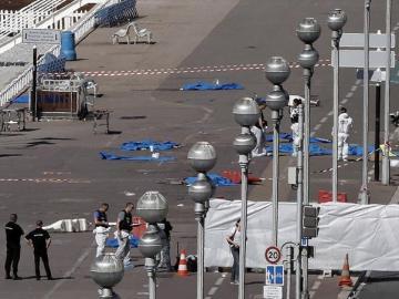 Los forenses examinan el atentado en Niza