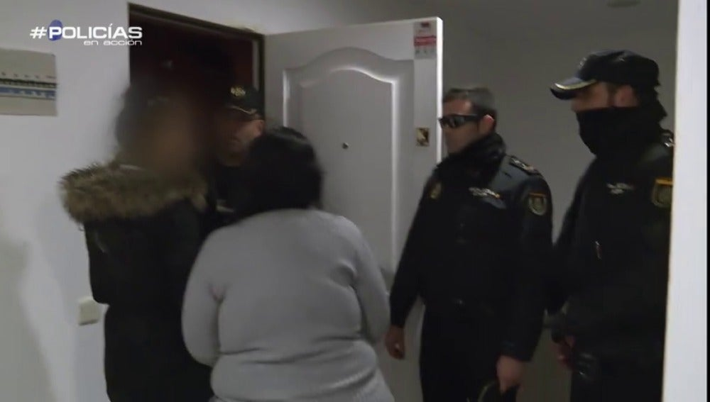 """Frame 44.540206 de: Una mujer asalta una vivienda vacía y le dice a la Policía que vive allí: """"Traigo el colchón todos los días"""""""