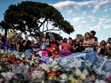 Flores por los fallecidos en el atentado en Niza