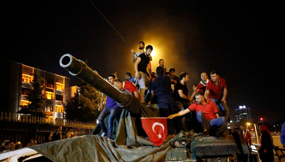 Los turcos frenan el golpe militar