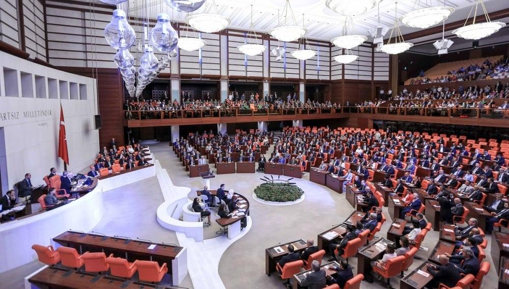Los legisladores asisten a una asamblea extraordinaria en el Parlamento de Turquía, en Ankara, Turquía.