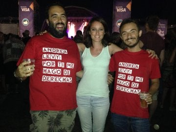 Andrea Levy con unos fans en el FIB
