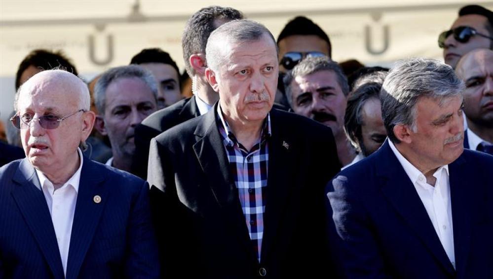 Erdogan rodeado de políticos turcos.