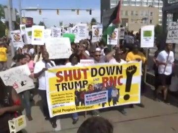 Frame 0.0 de: Manifestantes protestan en Cleveland contra Donald Trump horas antes de la Convención Republicana