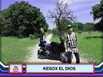Frame 31.882792 de:  'Tengo mi moto', de Kesox El Diox, se sitúa en lo más alto de los temazos veraniegos