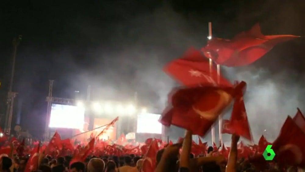 Frame 7.284109 de: Erdogan prohíbe a todos los académicos viajar al extranjero hasta nuevo aviso