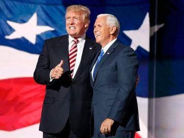 Mike Pence, acompañado de Donald Trump.