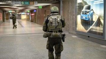 Policías de las fuerzas especiales aseguran la estación de metro de Karlsplatz (Stachus) tras el tiroteo registrado en un centro comercial en Múnich, Alemania