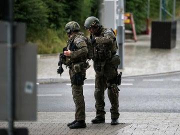 Policías de las Fuerzas Especiales se aproximan a lugar del tiroteo