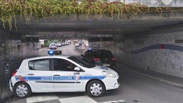 Coche de la policía municipal cerca del lugar de la toma de rehenes en Normandía