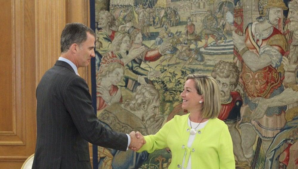 El Rey Felipe VI con la diputada de Coalición Canaria, Ana Oramas