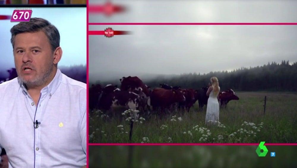 """Frame 61.609336 de: Lorena Castell sobre el vídeo de la mujer que canta a las vacas: """"Mejor en un prado que en unos baños"""""""