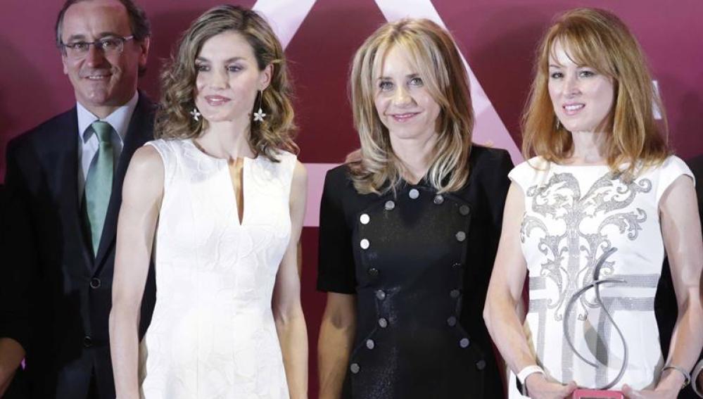 La reina Letizia, acompañada por Alfonso Alonso y Manuela Carmena ha entregado hoy los Premios de la Federación de Mujeres Directivas, Ejecutivas, Profesionales y Empresarias 2016